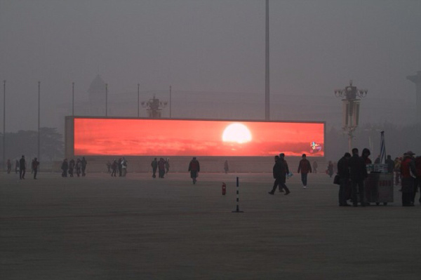 Megaschermo a Pechino mostra il tramonto per pubblicità