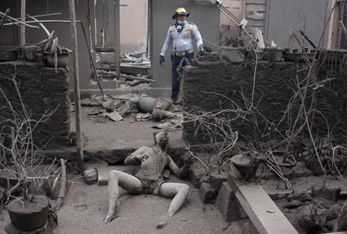 Corpi ricoperti dalla cenere del vulcano Merapi