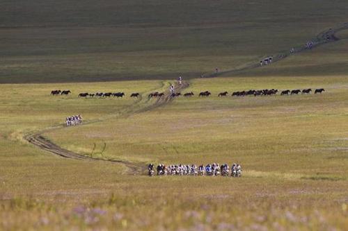 La partenza di una tappa del Mongolia Bike Challenge