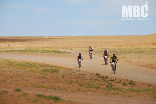 Ciclisti impegnati nel Mongolia Bike Challenge