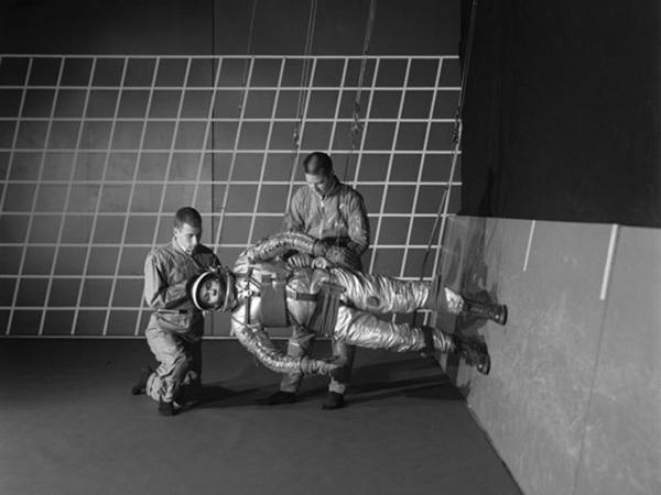 Astronauta NASA simula una gravità ridotta