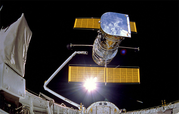 Lo Space Shuttle Discovery dispiega l'Hubble Space Telescope