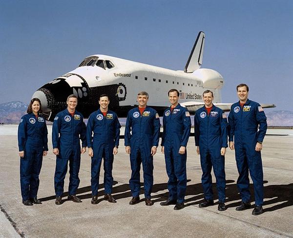 Lo Space Shuttle Endevour e il suo equipaggio