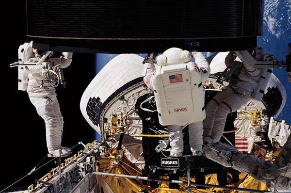 Lo Space Shuttle Endevour nello spazio