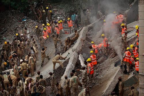 Le macerie del palazzo crollato a New Delhi