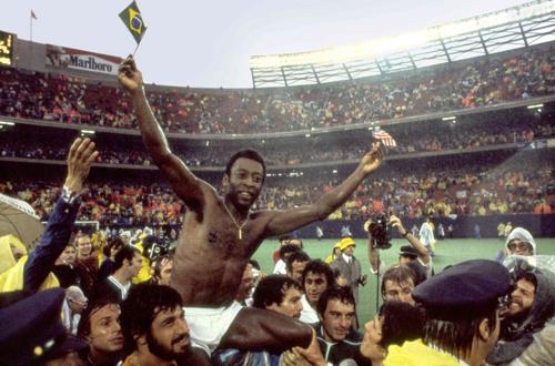 Pelé portato in trionfo dopo una partita dei New York Cosmos