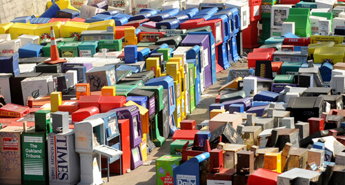 Una discarica di porta-giornali