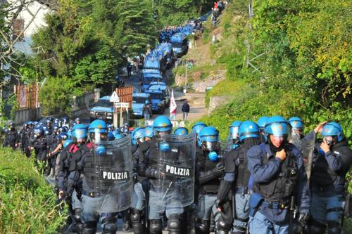 La polizia in tenuta anti-sommossa in Val di Susa