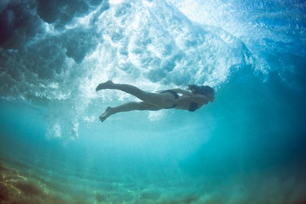 Nuotare sotto le onde