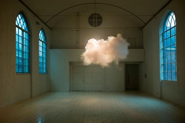 Le nuvole da interni di Berndnaut Smilde