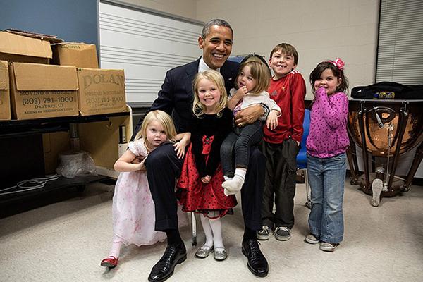 Obama con i bambini di Newtown