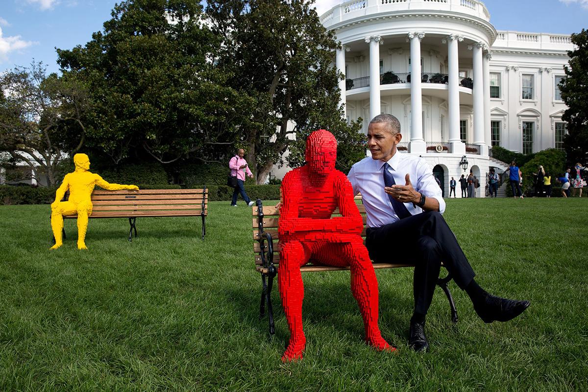 Obama discute con una scultura di Lego