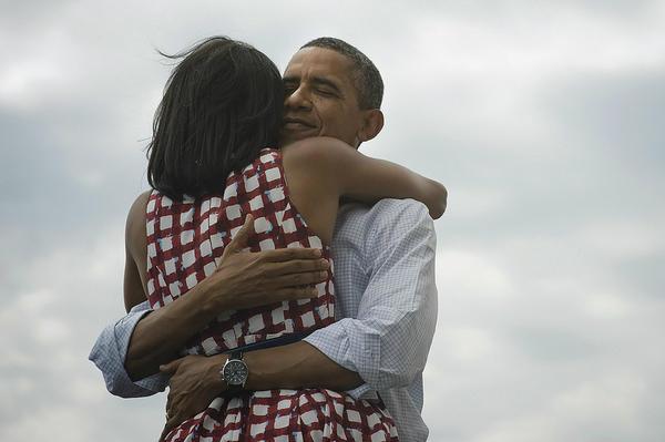 Barack e Michelle Obama si abbracciano