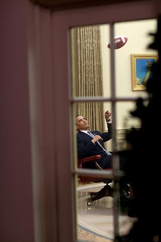 Il presidente Obama gioca a football nello Studio Ovale