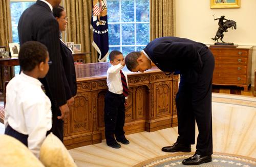 Il figlio di un membro dello staff della Casa Bianca vuole sentire se il taglio di capelli del Presidente Obama è uguale al suo
