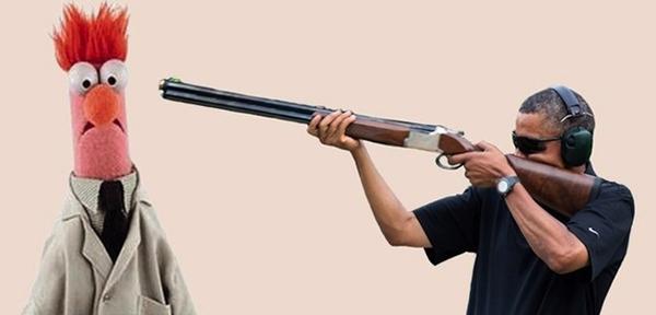 Il meme di Obama che spara con un fucile