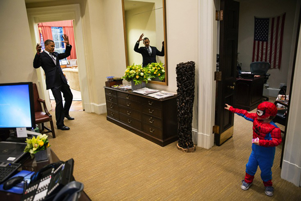 Obama gioca con un bambino vestito da spiderman