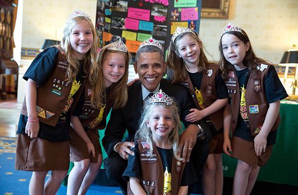 Obama con una tiara circondato da scout