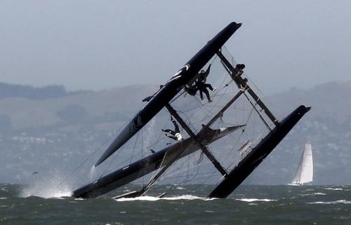 Oracle si capovolge nelle acqua della Baia di San Francisco