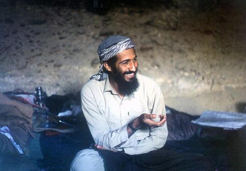 Osama bin Laden in una caverna a Jalalabad in Afghanistan nel 1988