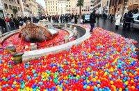 Palline colorate a Piazza di Spagna