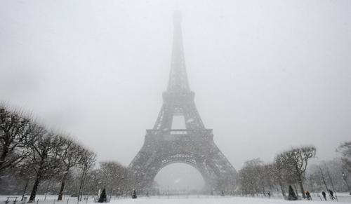 La Tour Eiffel sotto la nevicata che ha imbiancato Parigi