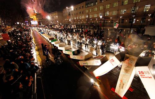 Bandiere del PD sventolano in occasione del ventennale della caduta del muro di Berlino