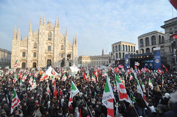 Manifestazione PD in piazza Duomo a Milano