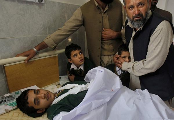 Uno studente ferito nell'attentato dei talebani a Peshawar