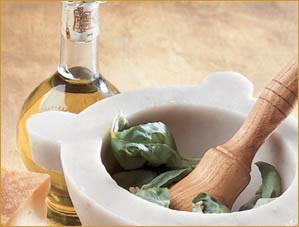 Basilico, pestello, olio, pinoli e sale