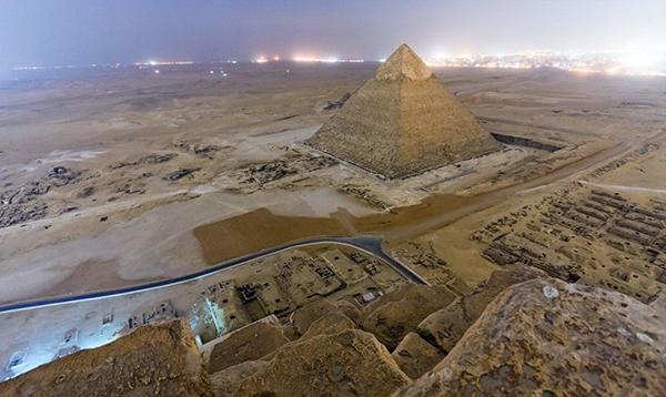 La piana di Giza di notte dall'alto delle Piramidi