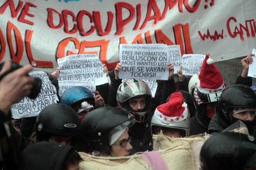 Trenta pirla protestano fuori dalla Scala