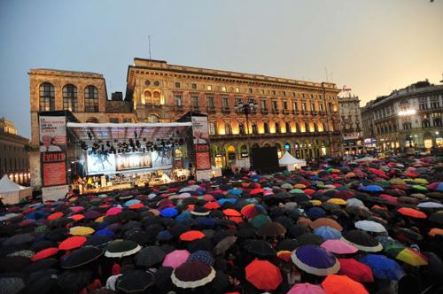Pisapia chiude la campagna elettorale in piazza Duomo