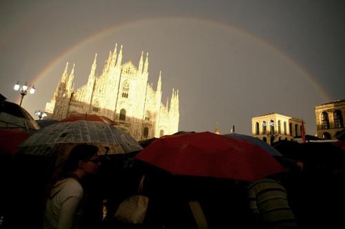 Pisapia chiude la campagna elettorale in piazza Duomo con arcobaleno