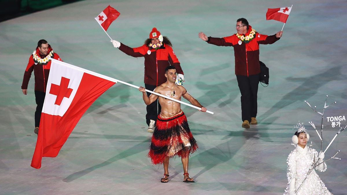 Pita Taufatofua sfila con la bandiera di Tonga a PyeongChang 2018