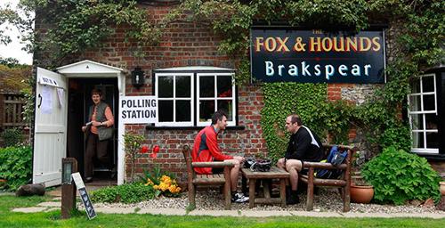 Un seggio elettorale britannico
