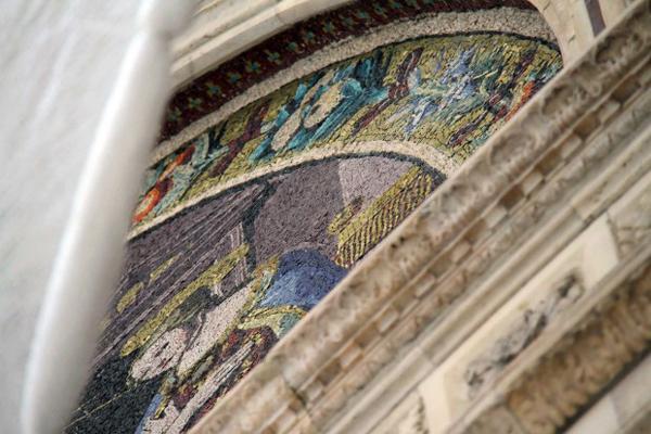 Particolare del restauro sulla Porta della Mandorla