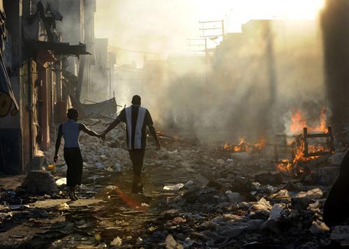 Haitiani camminano in una strada distrutta dal terremoto
