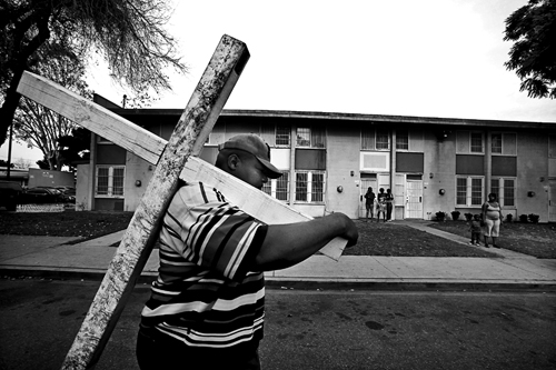 Il pastore Jones porta la croce nelle strade di South Los Angeles per sensibilizzare la comunità sulle gang criminali