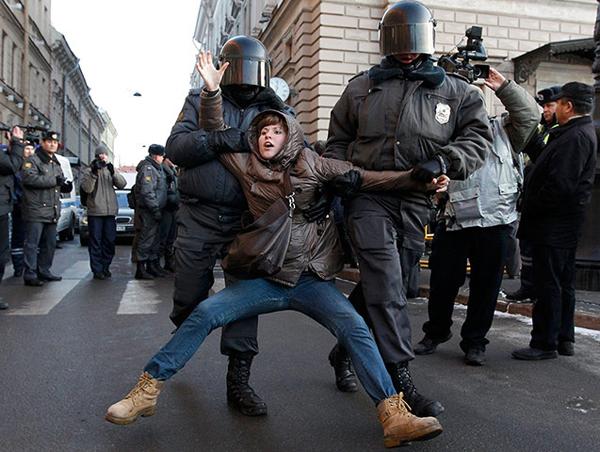 Manifestante anti Putin trascinata dalla polizia