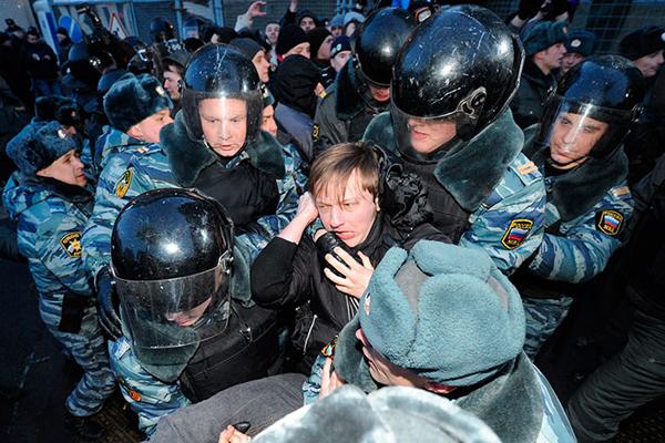 Manifestante anti Putin fermato dalla polizia
