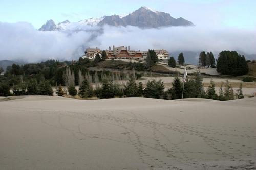 La cenere depositata su un campo da golf dal vulcano Puyehue