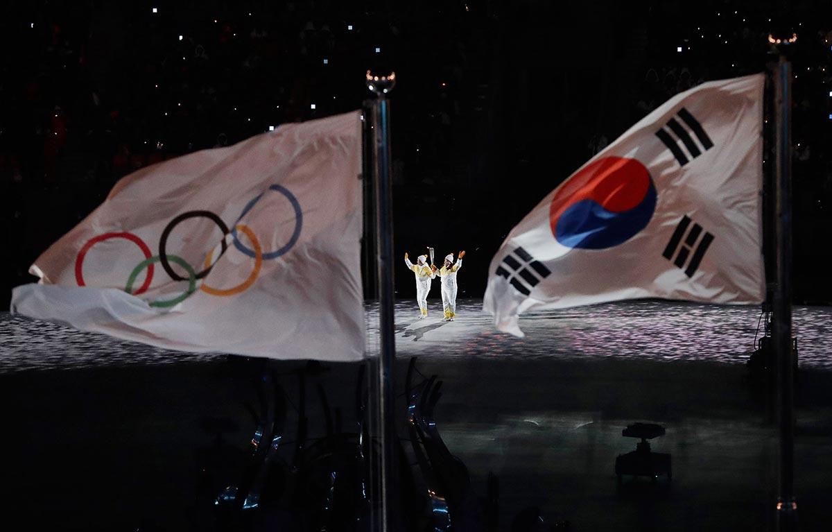 Atlete sudcoreane e nordcoreane con la Fiaccola Olimpica durante la cerimonia di apertura di PyeongChang 2018