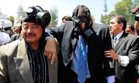 Il presidente Correa protetto contro il lancio di lacrimogeni