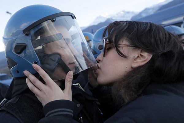 Ragazza NoTAV bacia un poliziotto