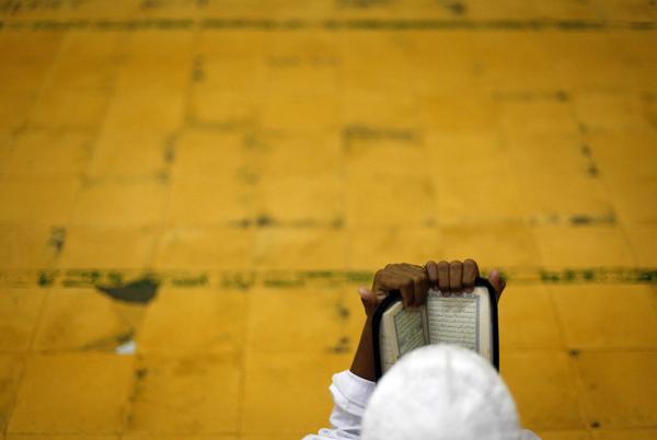Un fedele legge il Corano