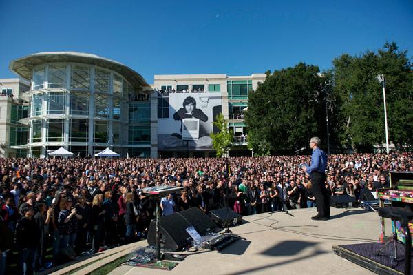 Il ricordo di Steve Jobs a Cupertino