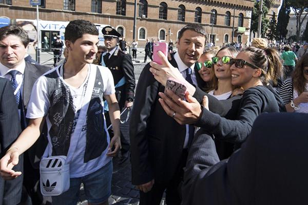 I selfie di Renzi coi giovani alla Festa della Repubblica