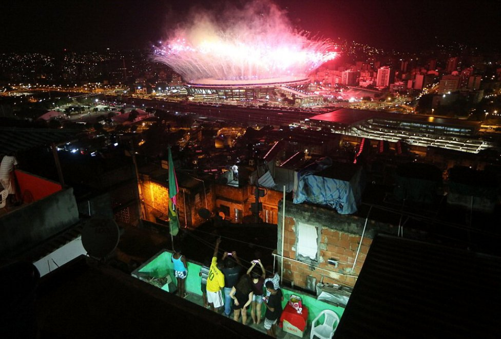 La cerimonia di apertura dei Giochi Olimpici di Rio vista dalla favela