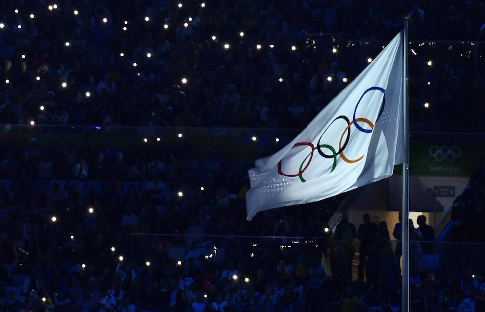 La bandiera dei Giochi Olimpici a Rio 2016
